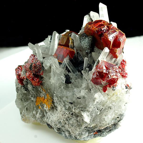 minerales: rejalgar y cuarzo
